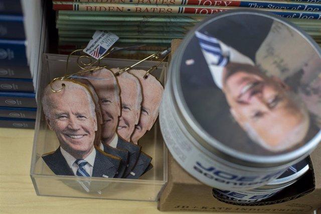 Llaveros y otros productos con la cara del presidente electo de Estados Unidos, Joe Biden