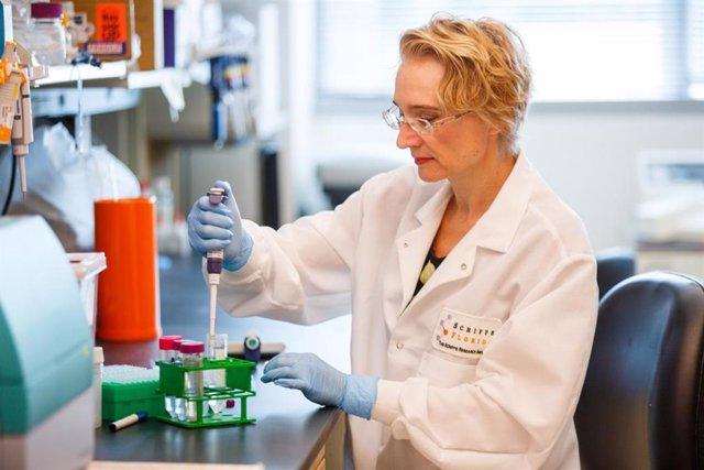 Imagen de recurso de una investigadora en un laboratorio.