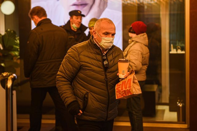 Un hombre con mascarilla camina por el centro de Moscú