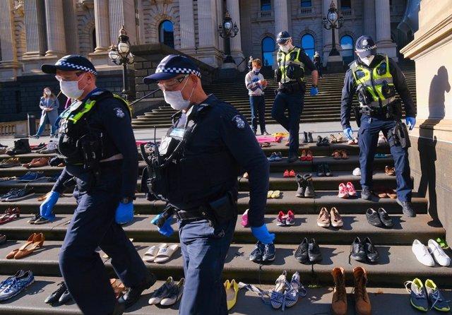 Policías en una protesta ecologista en Melbourne