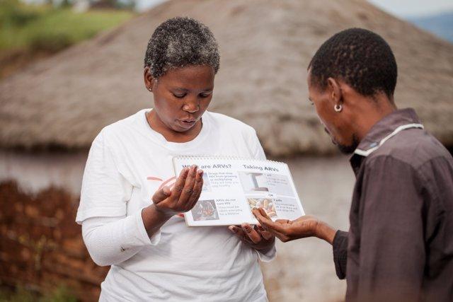 Babongile Luhlongwane, agente de salud comunitaria, realiza una prueba de detección del VIH a Philisiwe, una joven de 23 años que vive en el remoto distrito de Entumeni de KwaZulu-Natal, donde la prevalencia del VIH es mayor