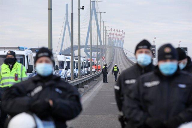 Agentes de Policía con mascarilla desplegados en el puerto de Hamburgo durante una manifestación convocada por el movimiento Extinction Rebellion