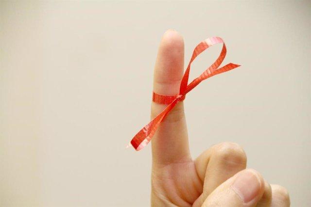 Recordar, acordarse, memoria, dedo, mano, lazo rojo