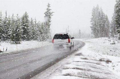 Reducir la velocidad y no frenar de forma brusca, entre los consejos para conducir con hielo y nieve