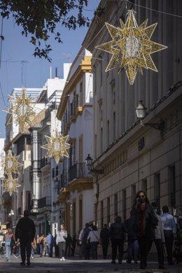 Las luces del alumbrado de navidad adornan la calle Tetúan en Sevilla