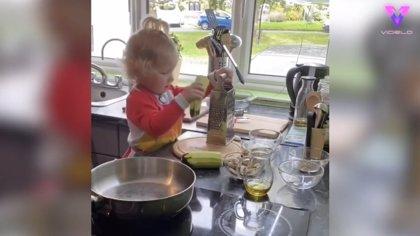 Este niño de dos años ayuda en la elaboración del menú familiar: cortando, pelando y rallando alimentos