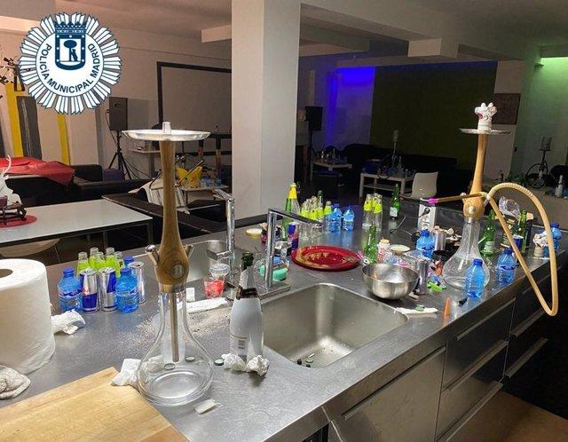 Desalojada de madrugada una fiesta en un pub de Arganzuela con clientes sin mascarilla y fumando en cachimbas