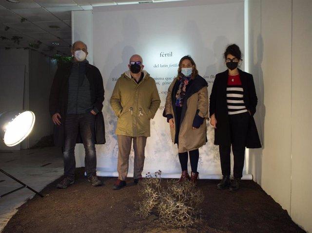 La delegada de Cultura de la Diputación de Córdoba, Salud Navajas (segunda por la dcha.), visita el espacio de creación de 'Arte fértil'