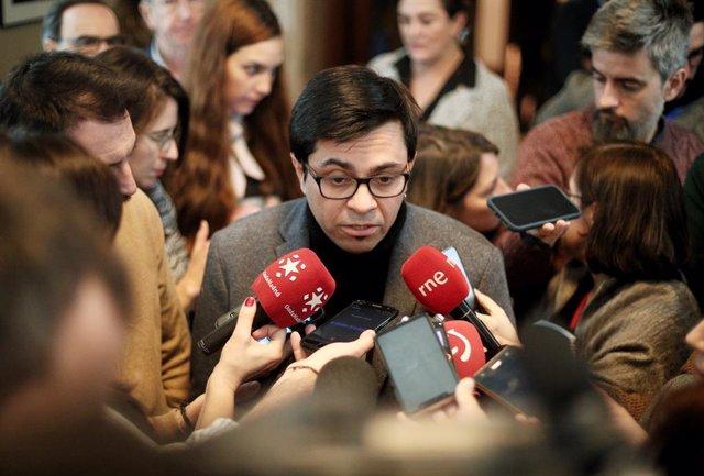 El secretario primero de la Mesa del Congreso, Gerardo Pisarello, atiende a los medios de comunicación al acabar la reunión de la Mesa del Congreso de los Diputados, en Madrid (España), a 15 de enero de 2020.
