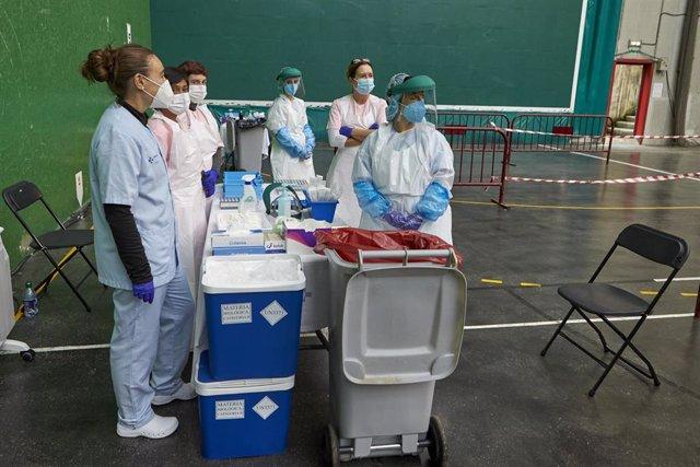 Trabajadoras sanitarias esperan la llegada de personas en el dispositivo de extracción de pruebas PCR instalado en el Frontón Arizmendi de Ermua, Vizcaya, Euskadi (España), a 26 de octubre de 2020. El Departamento de Salud y Osakidetza, en el marco de los