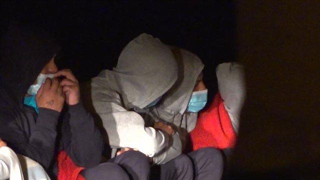 Algunos migrantes que lograron llegar a tierra tras el vuelco de la patera en la que viajaban. En Lanzarote, Canarias (España), a 24 de noviembre de 2020.