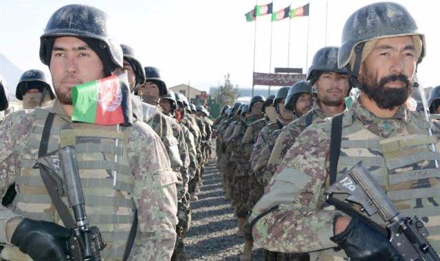 Militares del Ejército afgano desplegados en formación en un cuartel afgano
