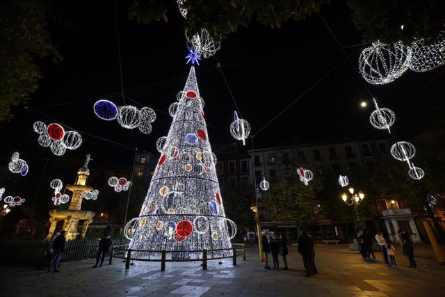Las luces de la Navidad 2020 se encienden en Granada en mitad de la pandemia del coronavirus. Granada a 30 de noviembre 2020