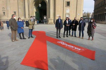 El PP Zaragoza despliega un enorme lazo contra la 'Ley Celaá' en la plaza del Pilar