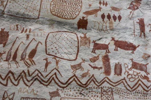 Arte rupestre en el Cerro Azul en Serranía La Lindosa (Colombia)