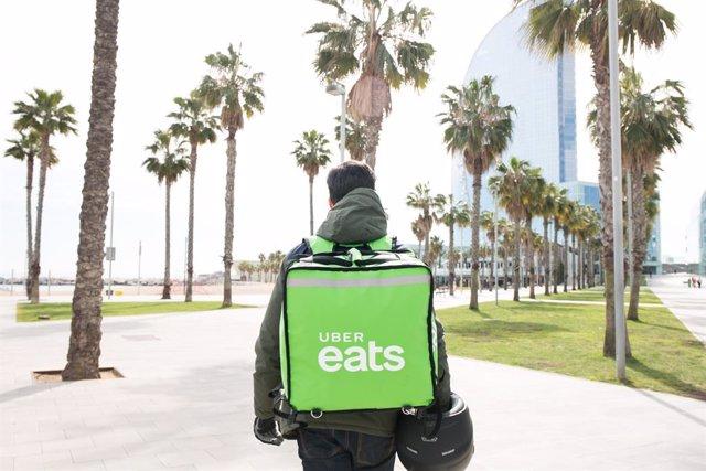 Uber Eats, la aplicación de comida a domicilio de Uber, ha empezado a operar en Barcelona con una oferta de alrededor 150 restaurantes.