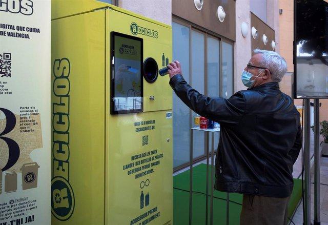 Ribó demuestra el funcionamiento del proyecto Reciclos