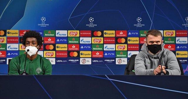 El jugador Somália y el entrenador, Sergei Rebrov, del Ferencváros húngaro en rueda de prensa previa al partido contra el FC Barcelona