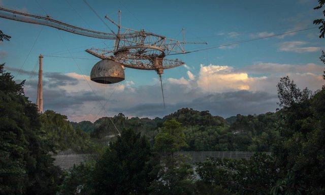 Daños en la plataforma de instrumentos del radiotelescopio de Arecibo antes de colapsar