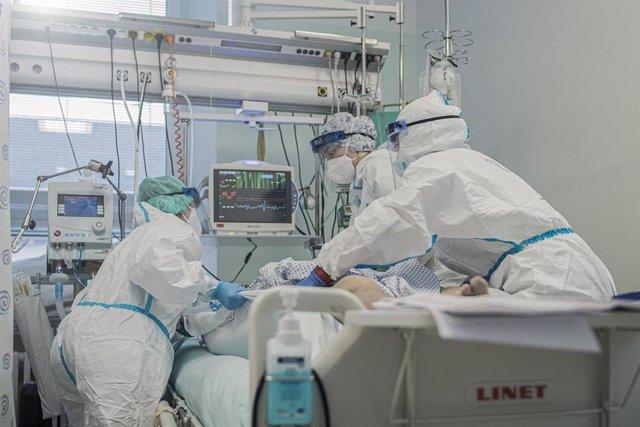Personal sanitario atienden a un paciente Covid