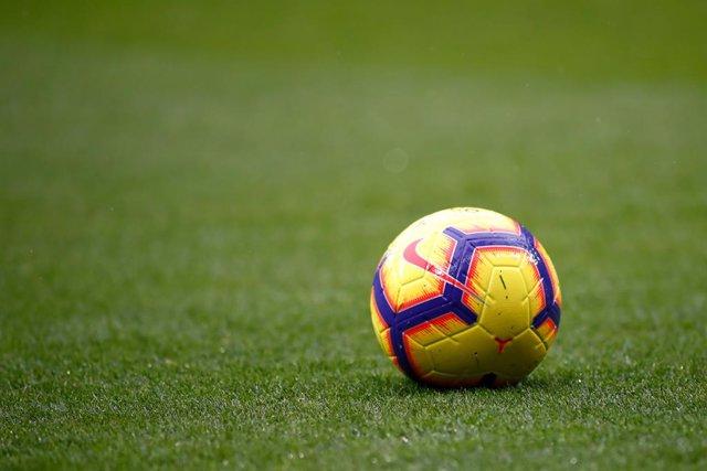 Un balón de Nike sobre un campo de fútbol