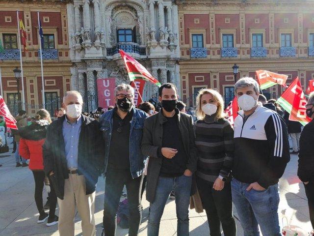Miembros de Adelante Sevilla e IU en la movilización sindical