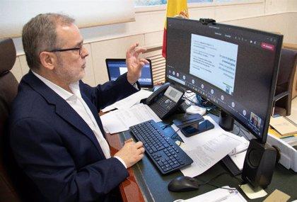 El rector de la UC anima a participar en las elecciones que le revalidarán el jueves en el cargo