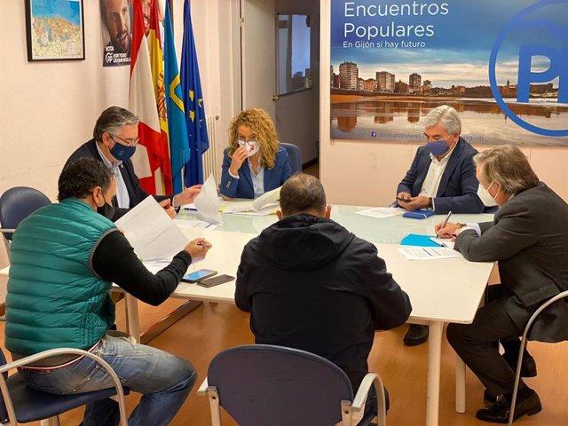 La presidenta del Partido Popular de Asturias y portavoz del Grupo Parlamentario Popular, Teresa Mallada,  reunida en Gijón, junto a otros responsables del partido, con el colectivo Gijón Reacciona