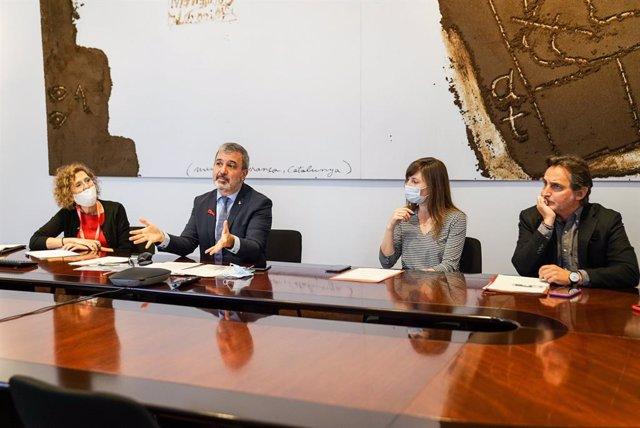 El primer tinent d'alcalde de Barcelona, Jaume Collboni, durant la reunió amb representants de les nou universitats de la ciutat i la directora del BCU, Montse Serret.