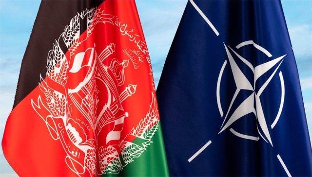Banderas de la OTAN y Afganistán