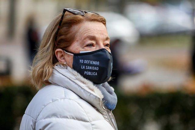 """Una mujer lleva una mascarilla donde se lee """"yo defiendo la sanidad pública"""" durante una manifestación de la Marea Blanca en Madrid (España), a 29 de noviembre de 2020."""