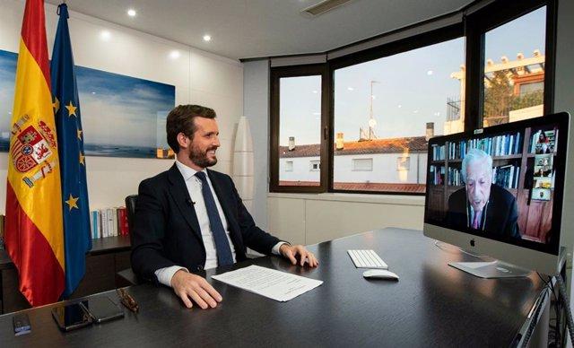El presidente del PP, Pablo Casado, conversa con  el Premio Nobel Mario Vargas Llosa durante su intervención en el XIII Foro Atlántico En Madrid, a 1 de diciembre de 2020.
