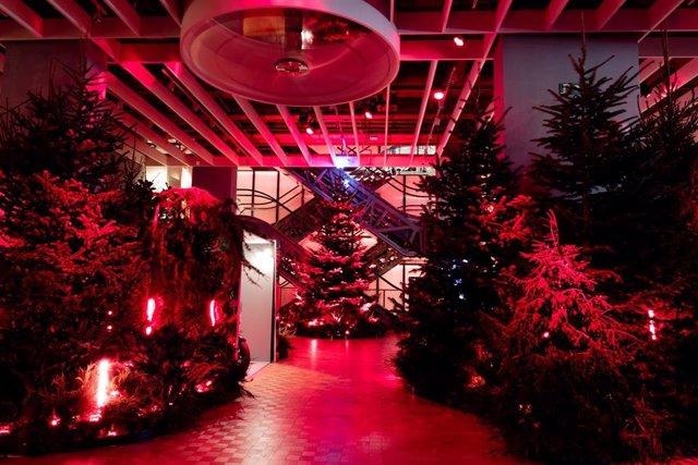 El edificio de Casa Seat en Barcelona se ha iluminado de rojo durante este martes 1 de diciembre para conmemorar el Día mundial de la lucha contra el Sida.
