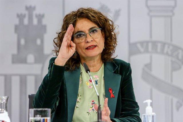 La ministra portavoz y de Hacienda, María Jesús Montero, comparece en rueda de prensa tras el Consejo de Ministros celebrado en Moncloa (Madrid), a 1 de diciembre de 2020. La reunión se ha producido mientras en el Congreso se debate la fase final del Proy
