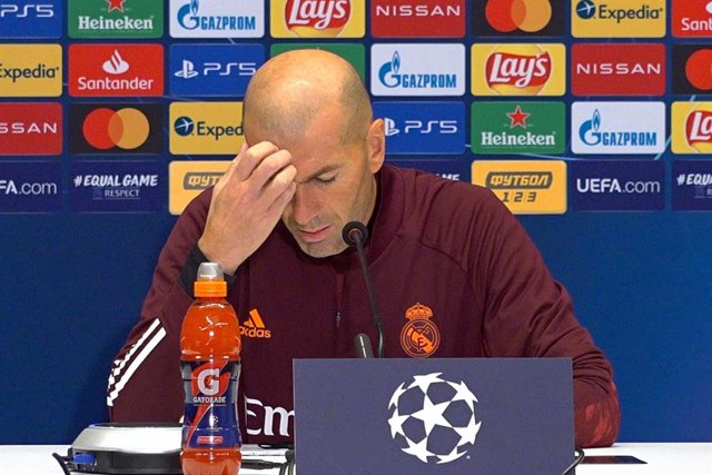 01 December 2020, Ukraine, Kyiv: Real Madrid's head coach Zinedine Zidane reacts during a press conference ahead of today's UEFA Champions League Group B soccer match against against FC Shakhtar Donetsk. Photo: Aleksandr Gusev/SOPA Images via ZUMA Wire/dp