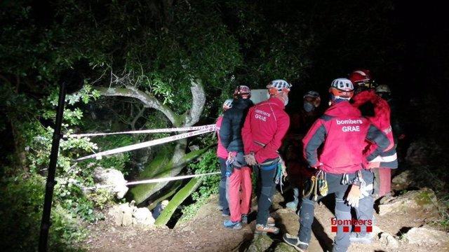 Bombers treballa per rescatar un espeleòleg ferit del massís del Garraf (Barcelona).