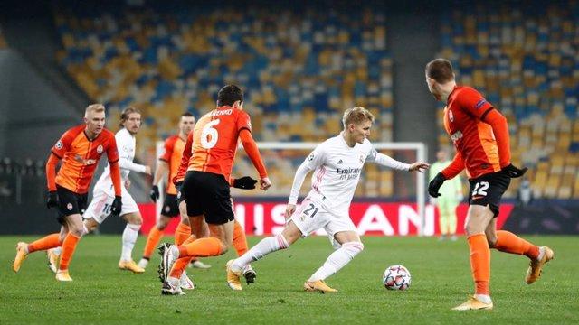 Odegaard rodeado de jugadores en el Shakhtar-Real Madrid de Liga de Campeones 2020-2021