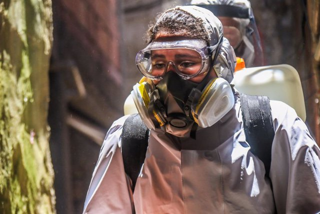 28 November 2020, Brazil, Rio de Janeiro: Aworker wearing a protective suit carries out disinfection work in the fight against coronavirus (COVID-19). Photo: Ellan Lustosa/ZUMA Wire/dpa