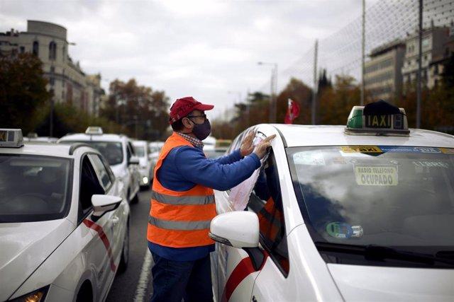 Un taxista durante una marcha convocada por la FPTM, la Asociación Gremial del Taxi de Madrid y la Asociación Élite Taxi Madrid, en Madrid (España), a 25 de noviembre de 2020. El taxi de Madrid se moviliza para exigir al alcalde de Madrid que escuche las