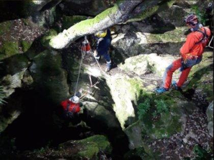 Los Bombers rescatan a un espeleólogo herido del macizo del Garraf (Barcelona)
