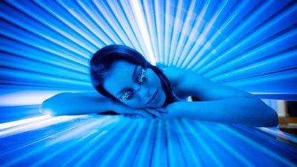 El melanoma no es el único riesgo de abusar de los rayos UVA