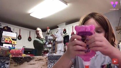 La seriedad de esta niña y el ambiente festivo de su familia han hecho que este vídeo se haya hecho viral