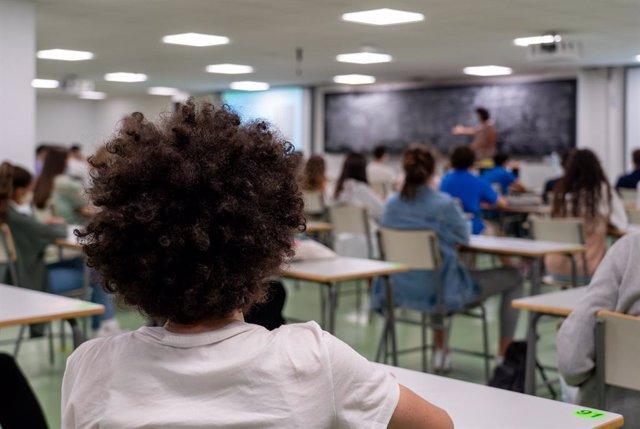Alumnes en una classe (Arxiu).