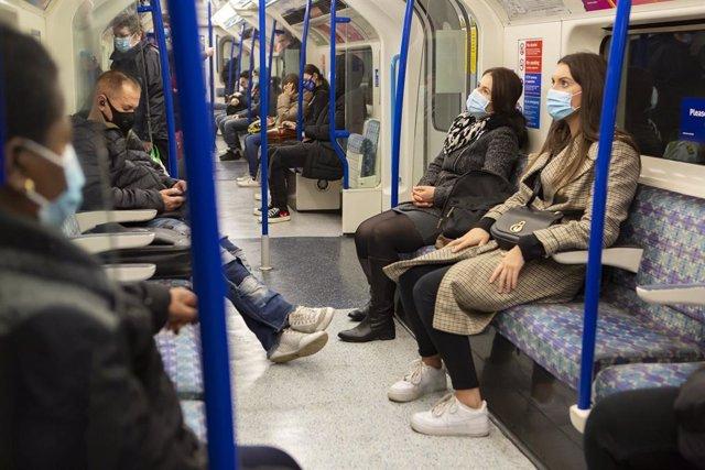 Personas en transporte público con mascarillas