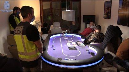 Desmantelan una timba ilegal con miles de euros en juego, barra, catering y servicio de manicura