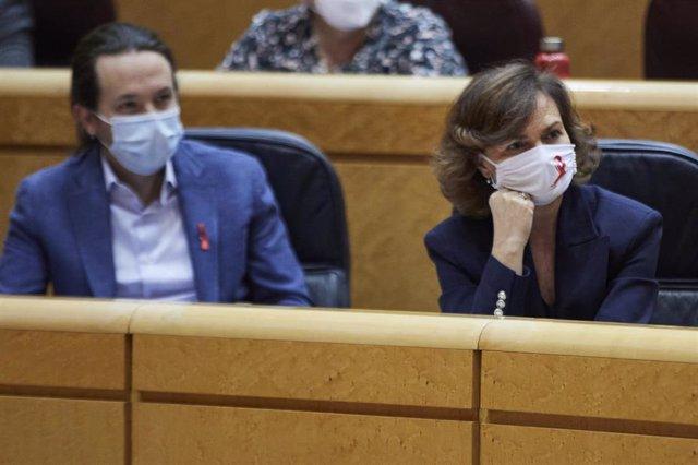 El vicepresidente segundo del Gobierno, Pablo Iglesias (i) y la vicepresidenta primera, Carmen Calvo (d), durante una sesión de control al Gobierno en el Senado
