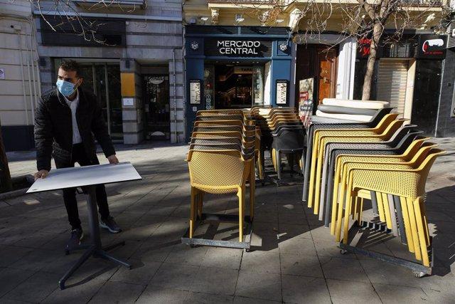 Camareros limpiando y poniendo las mesas en las terrazas de los bares a primera hora de las mañana, tras rebajar la Junta de Andalucía las restricciones anteriores que mantenían cerrado los negocios durante todo el día. A partir de este día los negocios s