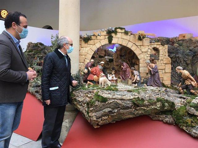 El presidente de la Diputación de Salamanca, Javier Iglesias (d), junto al diputado David Mingo (i), observa el belén del Palacio de La Salina