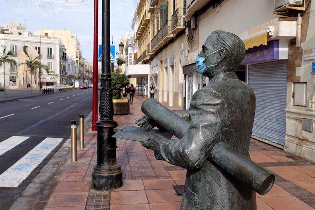 Una estatua con una mascarilla quirúrgica en el centro urbano de Melilla, a 14 de noviembre de 2020, en Melilla (España).