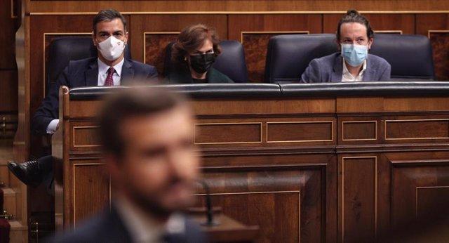 (I-D) El presidente del Gobierno, Pedro Sánchez; la vicepresidenta primera, Carmen Calvo; y el vicepresidente segundo del Gobierno, Pablo Iglesias, durante la intervención del presidente del PP, Pablo Casado, en el Congreso el 22 de octubre